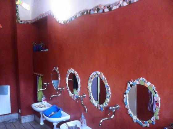 I tak mohou vypadat vlastnoručně vyrobená zrrcadla v umývárně školky:-)